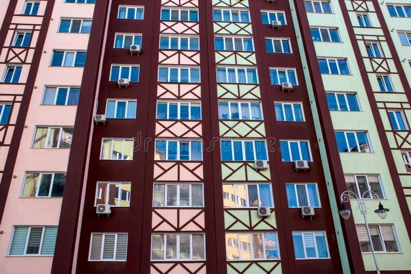 Façade du mur de l'appartement moderne d'architecture avec des fenêtres photo stock