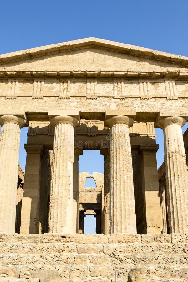 Façade du temple de Concordia dans la vallée de temple à Agrigente - en Sicile - en Italie photos stock