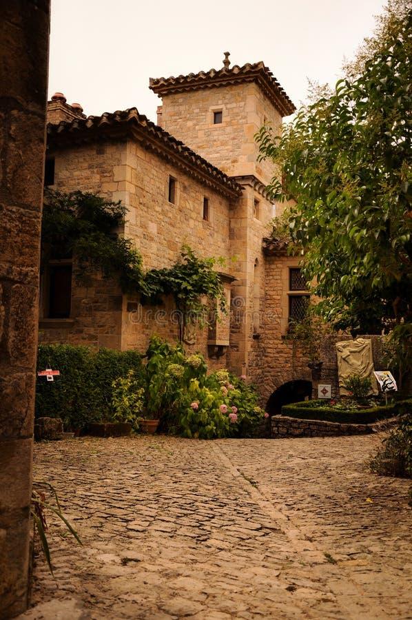Façade en pierre dans les allées du petit village médiéval de Bruniquel photos libres de droits