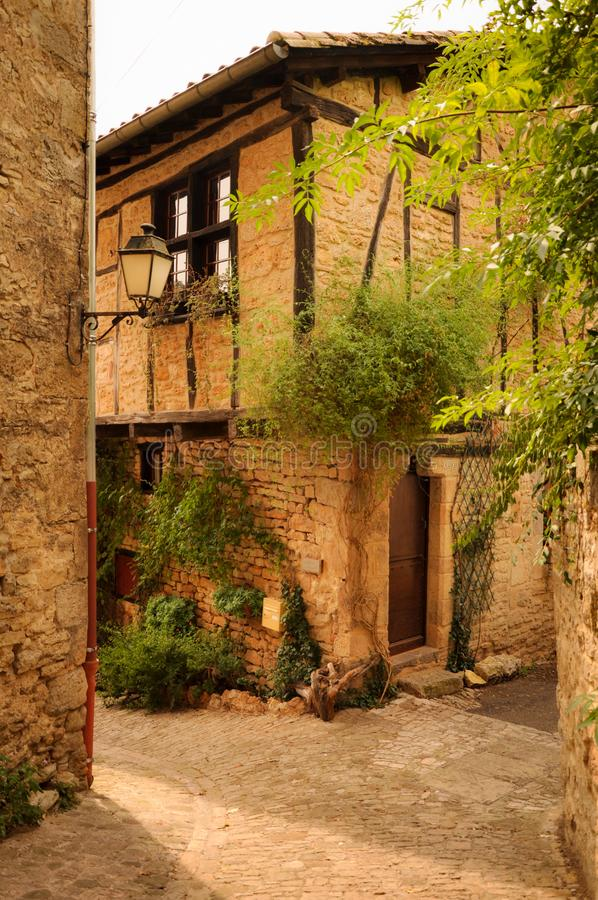 Façade en pierre dans les allées du petit village médiéval de Bruniquel photographie stock libre de droits