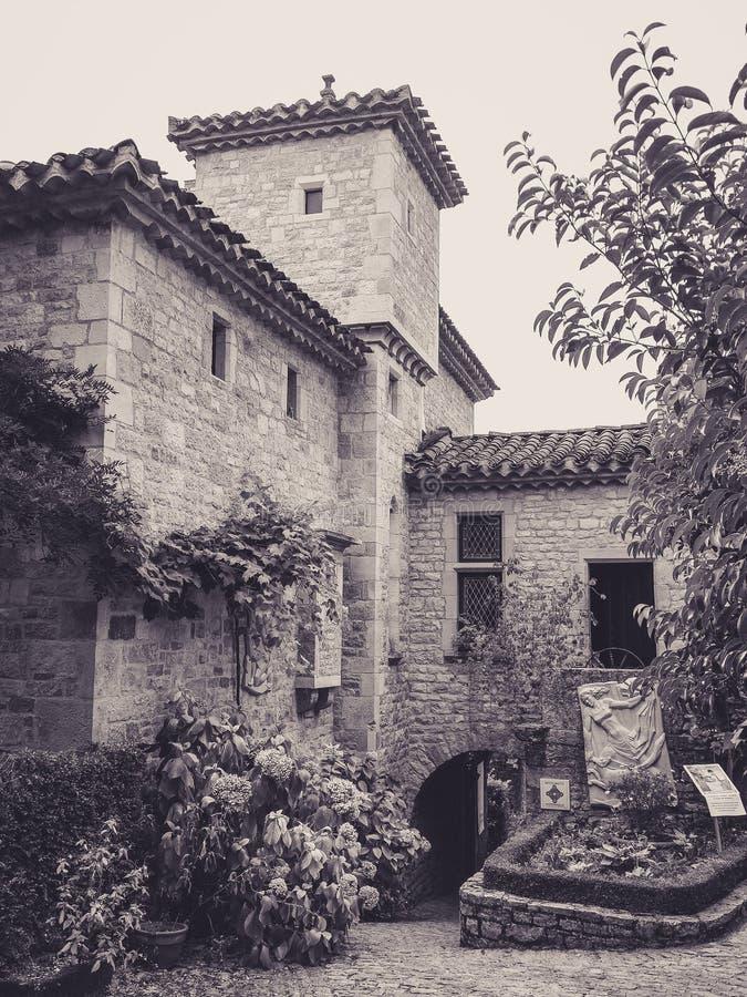 Façade en pierre dans les allées du petit village médiéval de Bruniquel photos stock
