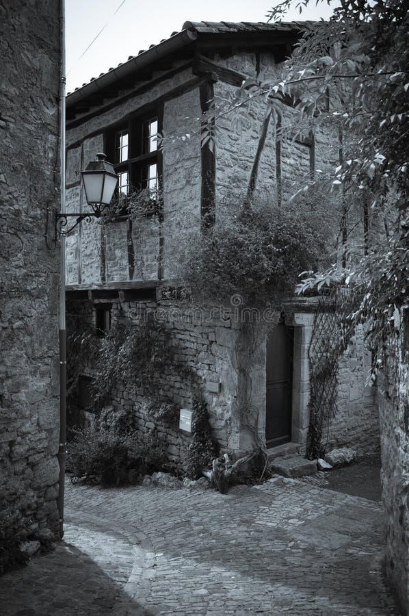 Façade en pierre dans les allées du petit village médiéval de Bruniquel photo libre de droits