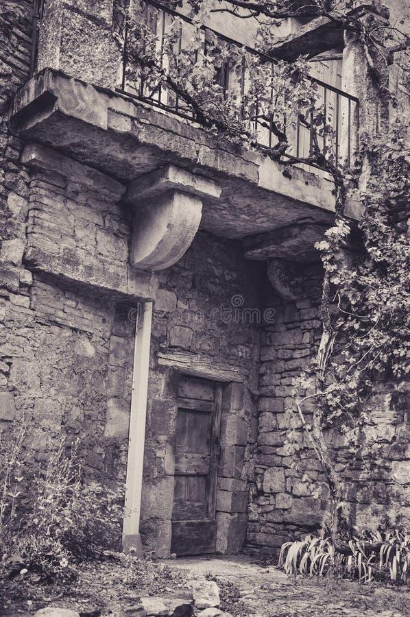 Façade en pierre dans les allées du petit village médiéval de Bruniquel image stock