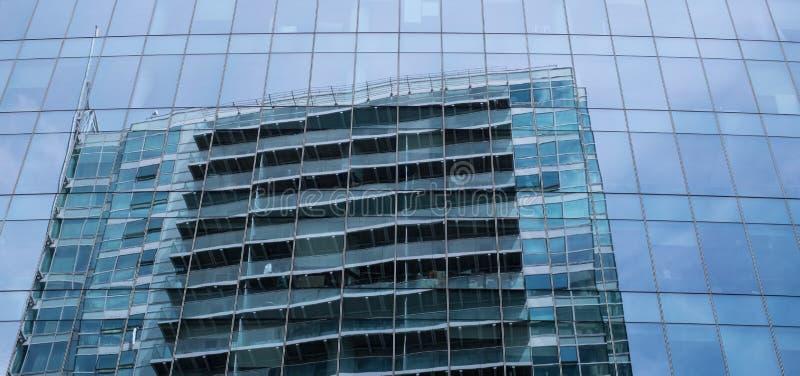 Façade en verre de tour d'Aldgate dans la grand-rue de Whitechapel, Londres, avec la réflexion du ciel et du bâtiment vis-à-vis d photographie stock