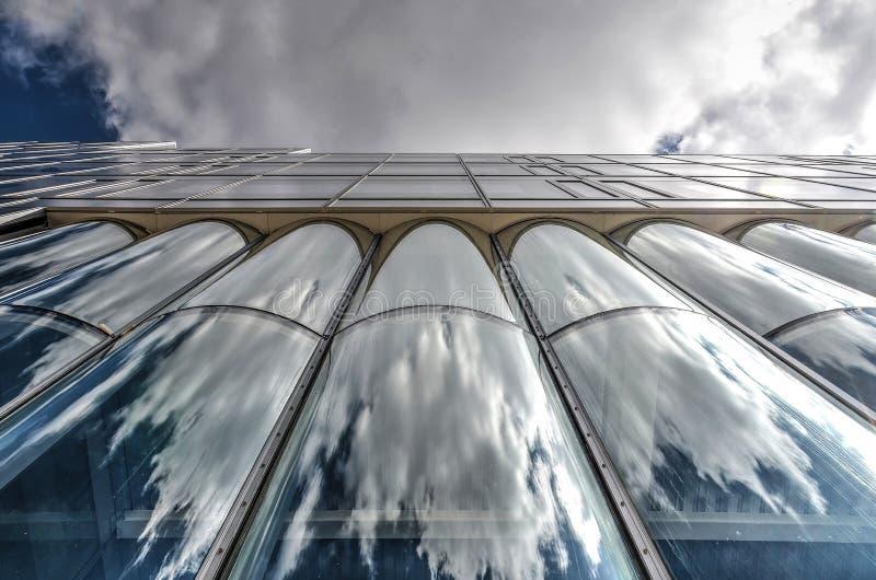 Façade en verre incurvée d'un bâtiment universel images stock