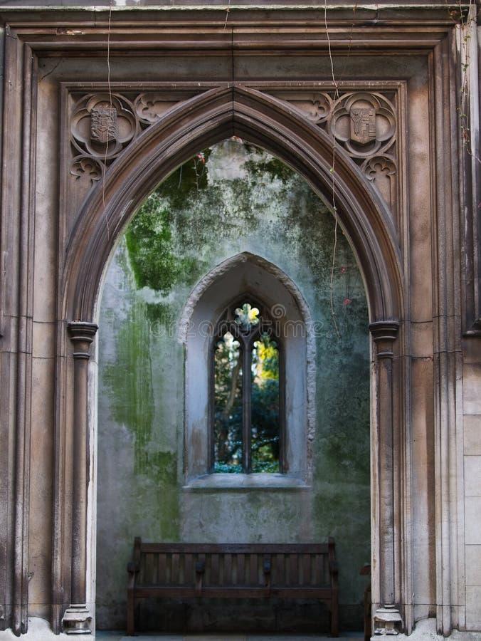 Façade et entrée gothiques restantes au jardin photo libre de droits