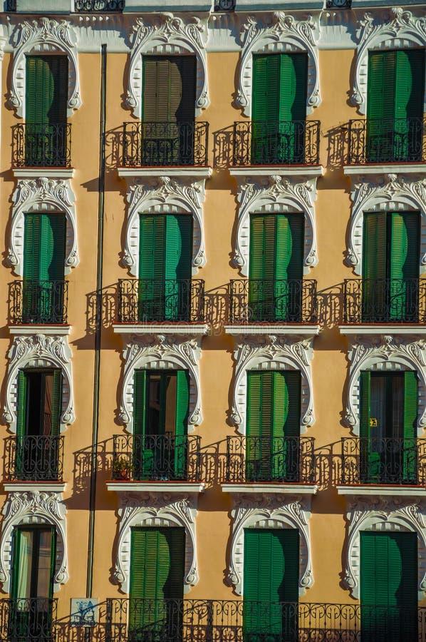 Façade et fenêtres colorées avec les volets fermés à Madrid photos stock