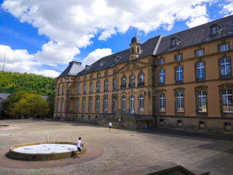 Façade et place ou patio d'abbaye de basilique d'Echternach de saint Willibrord dans la vieille ville d'Echternach, Luxembourg, a image stock