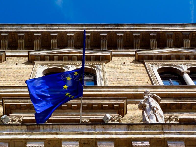 Fa?ade ext?rieure avec la moiti? de drapeau d'UE pli?e sous le ciel bleu photographie stock libre de droits