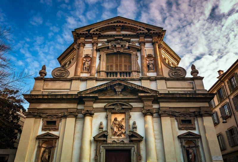 Façade fleurie de saint Giuseppe Church à Milan image stock