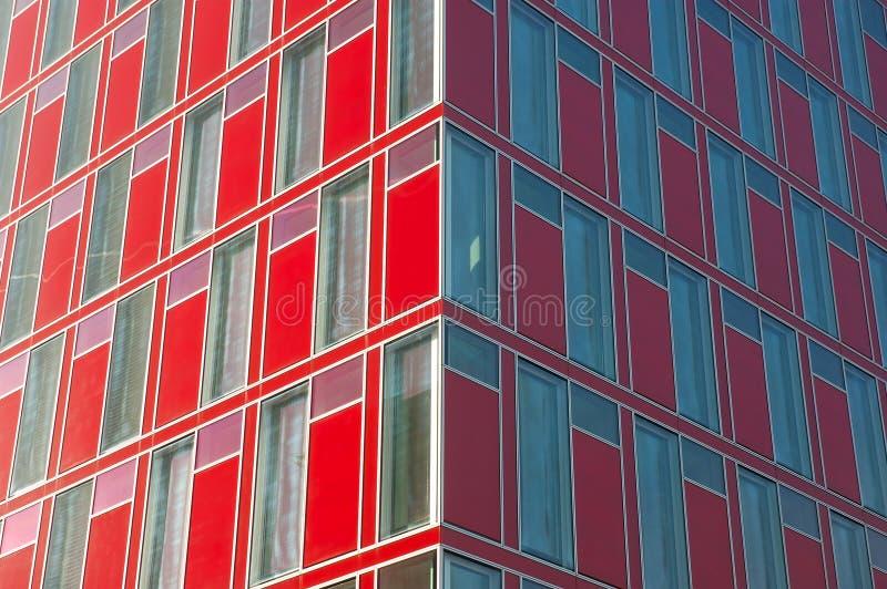 Façade futuriste d'immeuble de bureaux photographie stock