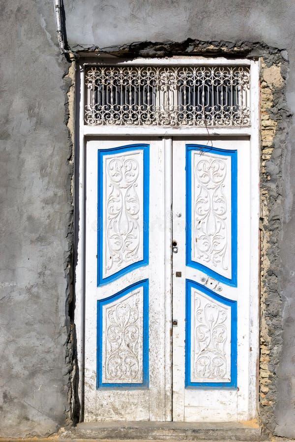 Façade grise de maison dans Kairouan, Tunisie image stock