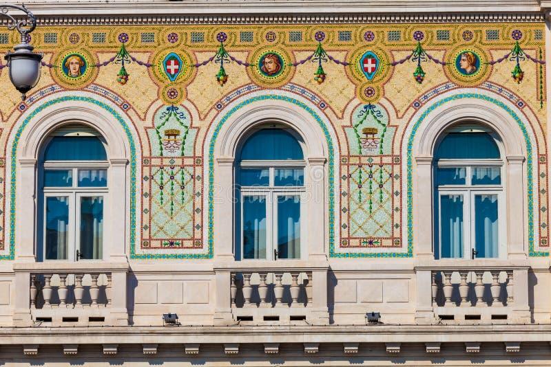 Façade historique de bâtiment de vintage avec les fenêtres antiques de décorations photos libres de droits