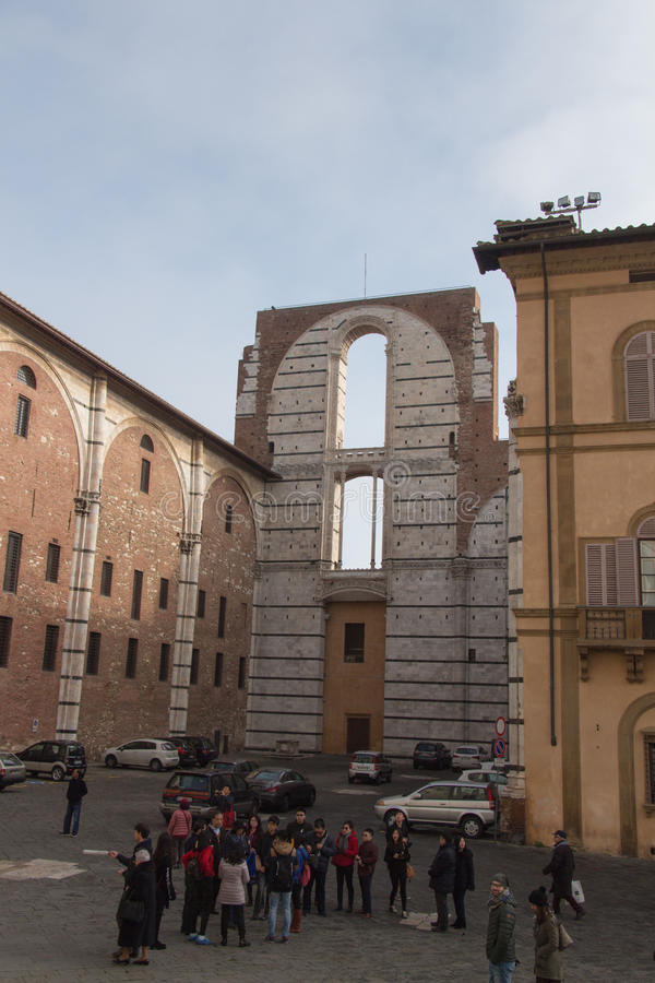 Façade inachevée du nuovo et des personnes prévus de Duomo sur une place devant elle Facciatone Sienne La Toscane Italie photos libres de droits
