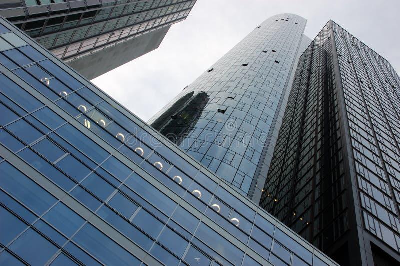 Façade moderne d'immeuble de bureaux image stock