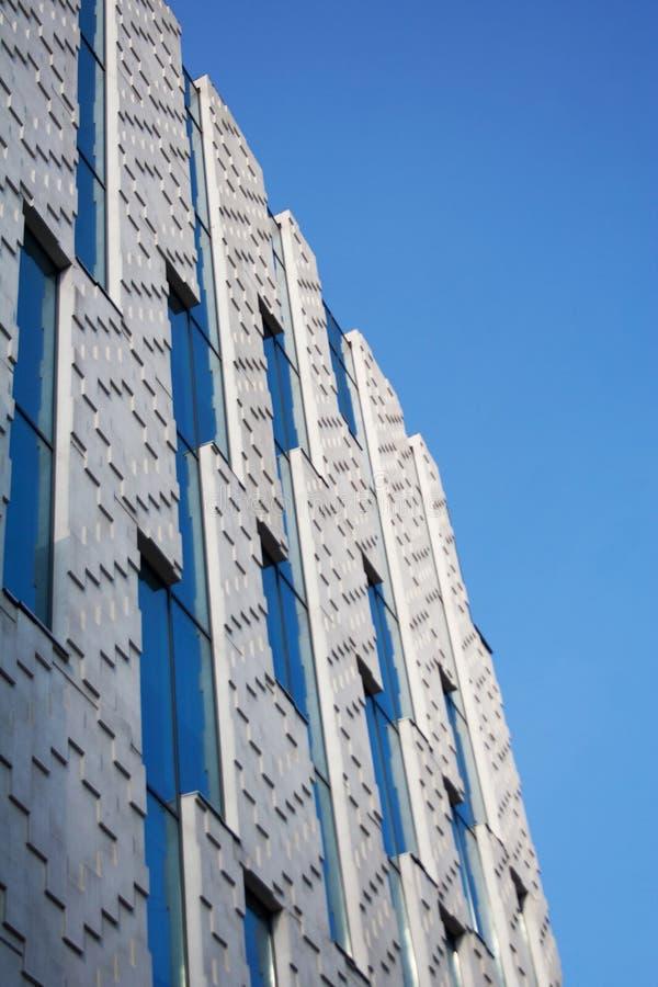 Façade moderne d'immeuble de bureaux avec le modèle géométrique photographie stock libre de droits