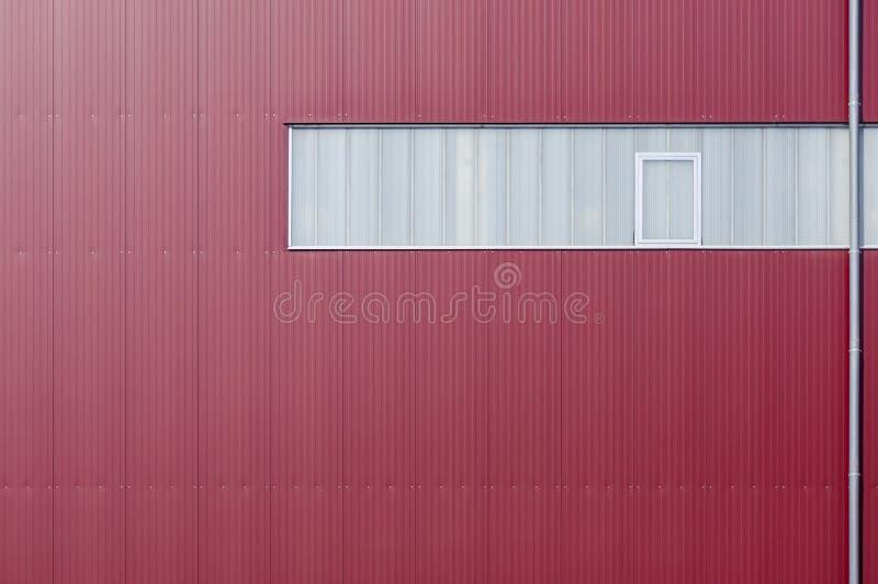 Façade moderne d'usine plaquée avec les éléments rouges et une bande de lumière photo libre de droits