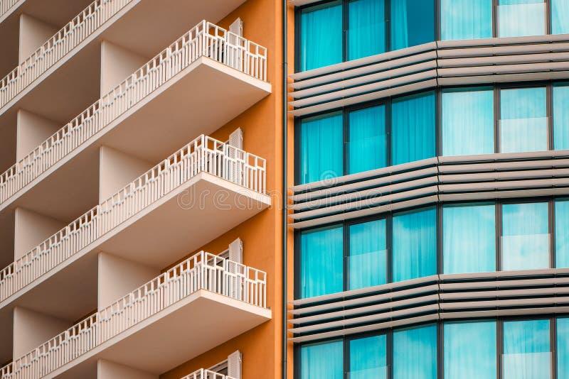 Façade moderne de bâtiment d'orange et de sarcelle d'hiver image stock