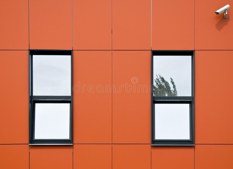 Façade orange des panneaux en aluminium. images stock