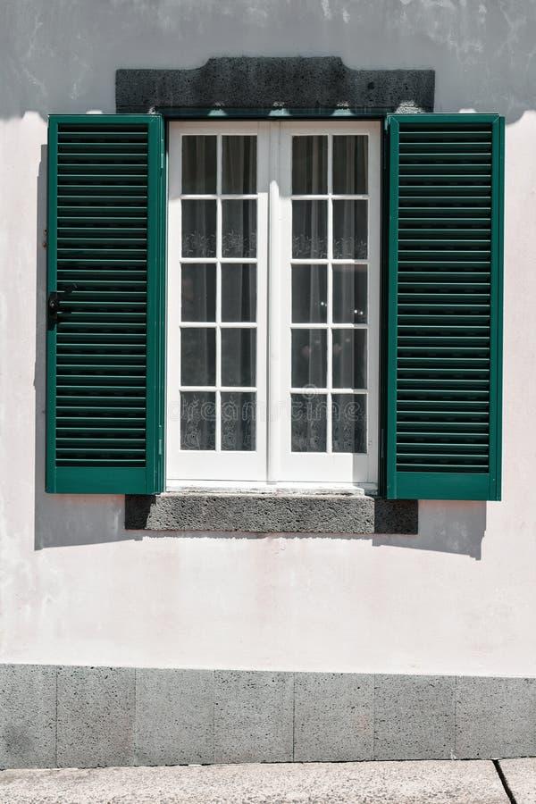 Façade ornementale de maison colorée dans le sao Miguel, Açores portugal Belles vieilles maisons minuscules, portes vertes et fen images libres de droits