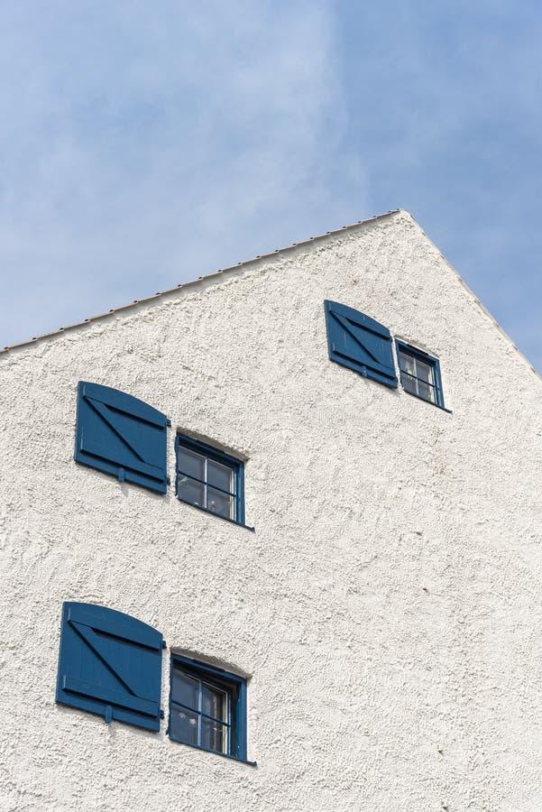 Façade plâtrée blanche Ystad Suède de pignon photo stock