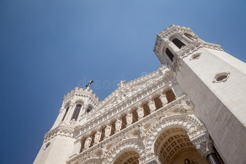 Façade principale d'église de Basilique Notre Dame de Fourviere Basilica à Lyon, France, pendant un après-midi ensoleillé photographie stock libre de droits