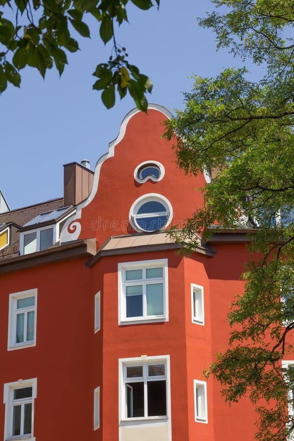 Façade rouge de maison à Munich photographie stock