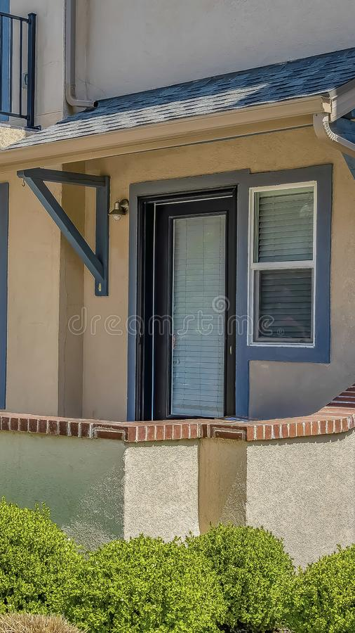 Façade verticale de maison avec la voie qui mène à l'entrée principale paned de porche et en verre image stock