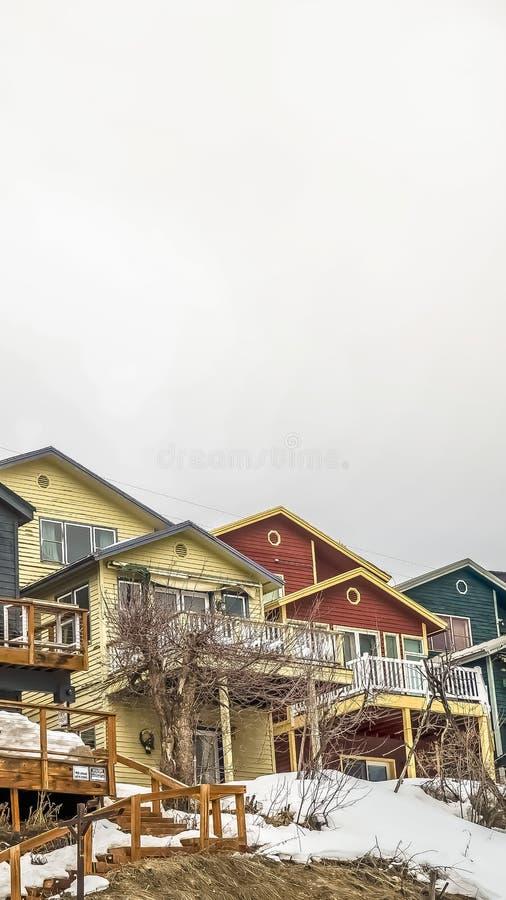 Façade verticale des maisons de montagne avec les balcons de dégrossissage horizontaux et les escaliers extérieurs images libres de droits