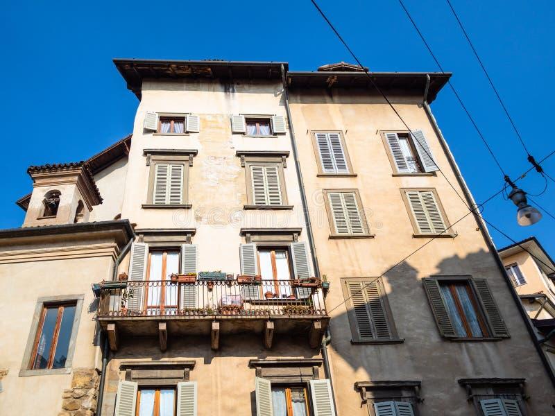 façades de vieilles maisons de rapport dans la ville de Bergame images stock