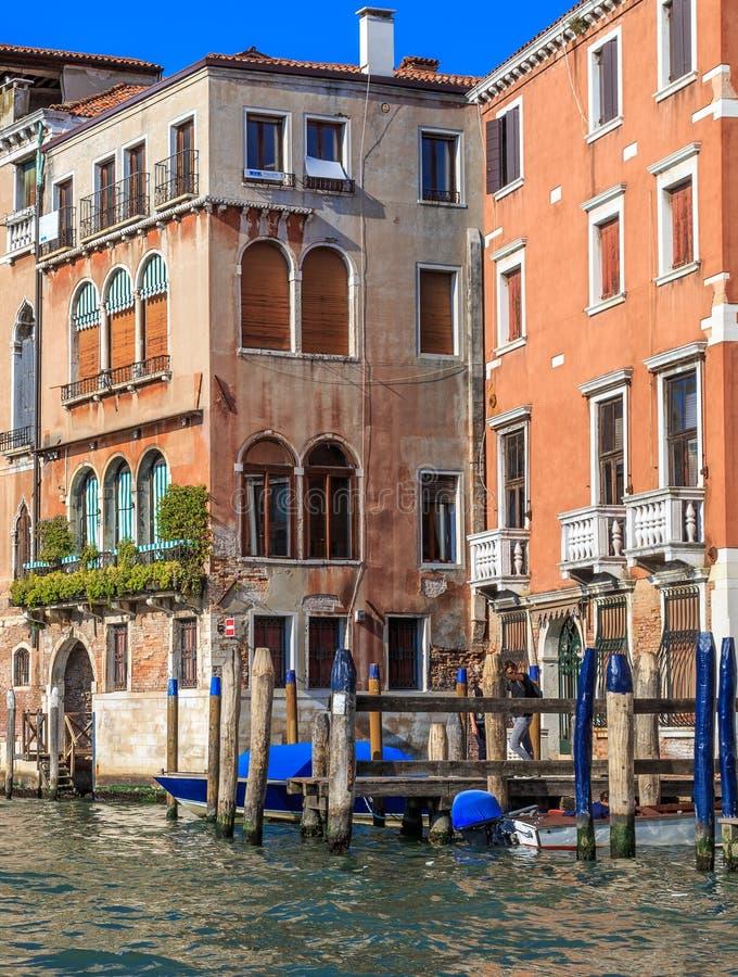 Façades superficielles par les agents colorées de vieux bâtiments vénitiens image libre de droits