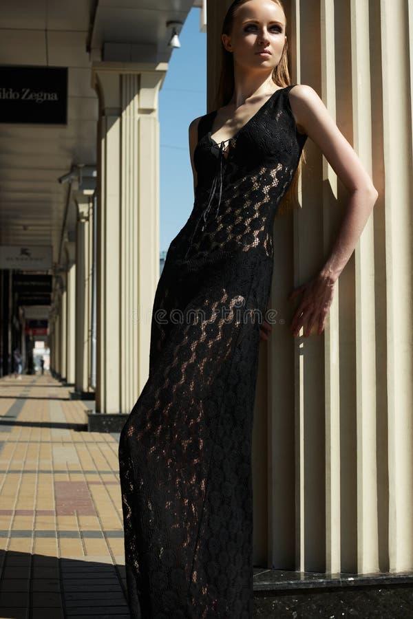 Façonnez à l'extérieur la verticale du beau modèle de femme dans la robe de dentelle noire de luxe photographie stock
