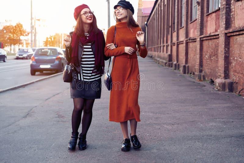 Façonnez dehors amies de jeunes de portrait assez mieux dans l'étreinte amicale Marche à la ville Pose à la rue photos stock