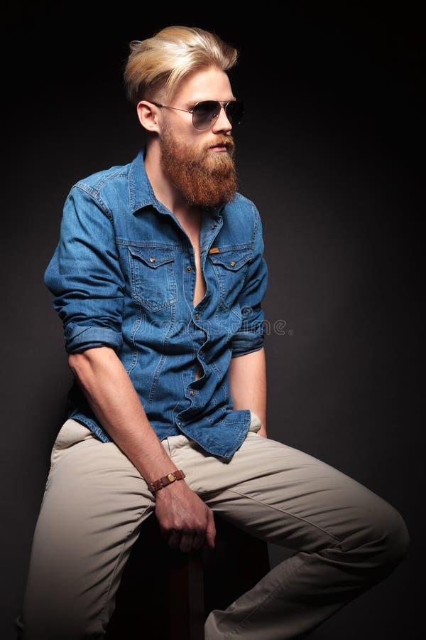 Façonnez l'homme dans la chemise bleue posant pour l'appareil-photo photos stock