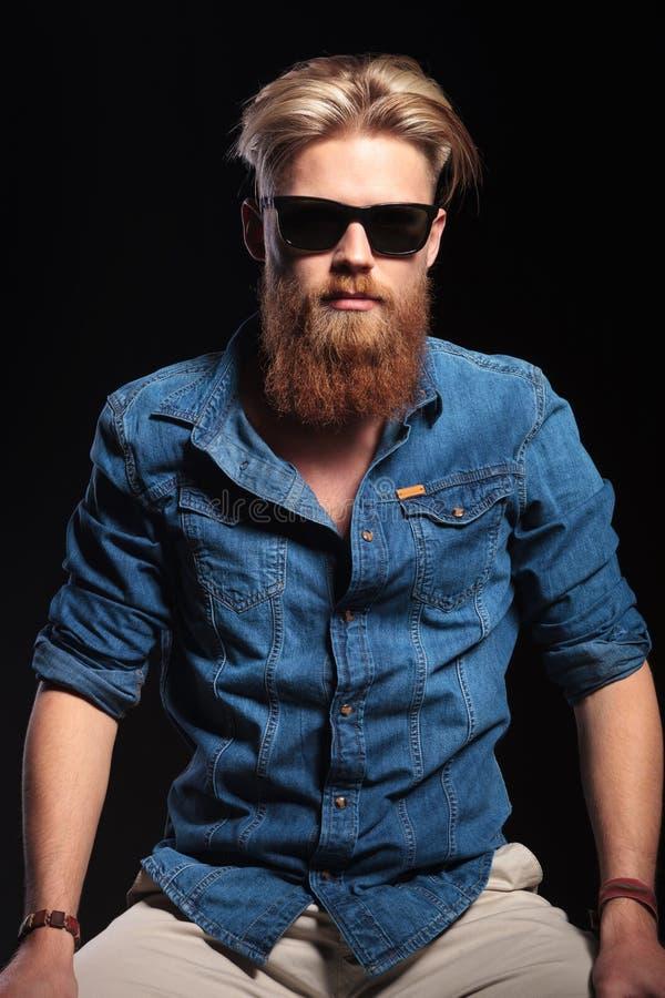 Façonnez l'homme utilisant la chemise bleue, posant pour l'appareil-photo photo libre de droits