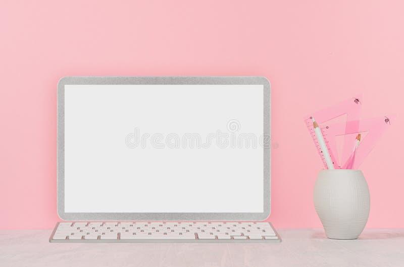 Façonnez l'intérieur à la maison avec l'ordinateur portable argenté avec l'écran vide, les livres, papeterie sur le fond rose mou photo libre de droits