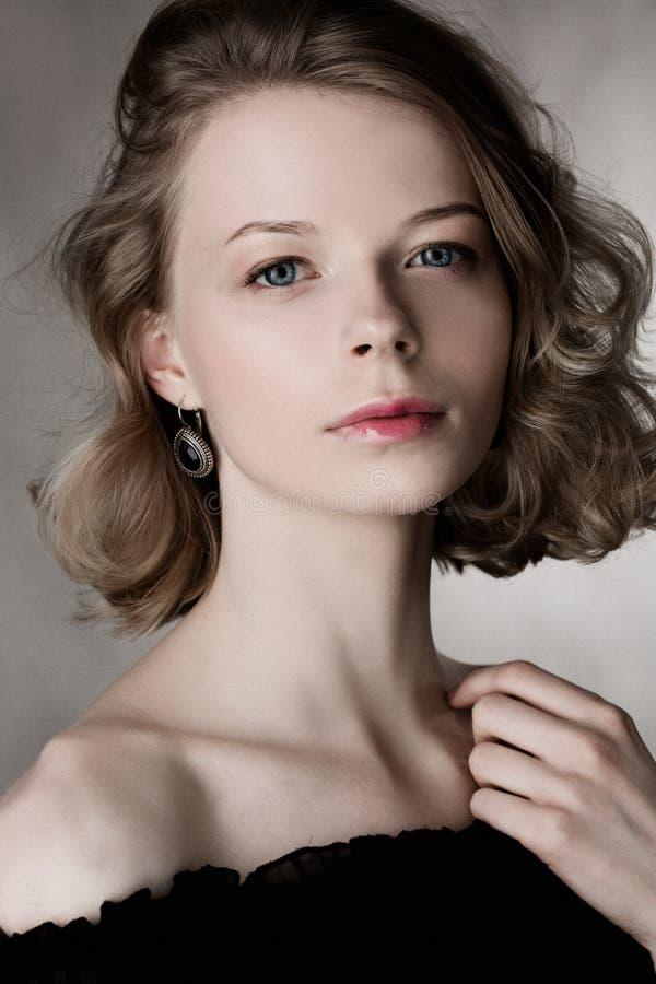 Façonnez la barre de mise en valeur brillante sur la peau, le maquillage sexy de lèvres de lustre et les cheveux blonds incurvés  image libre de droits