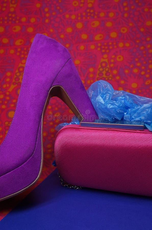 Façonnez la composition avec le sachet de chaussure à talons hauts, de bourse et en plastique images libres de droits