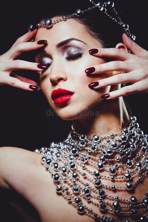 Façonnez la femme avec la peau parfaite portant le maquillage dramatique images libres de droits