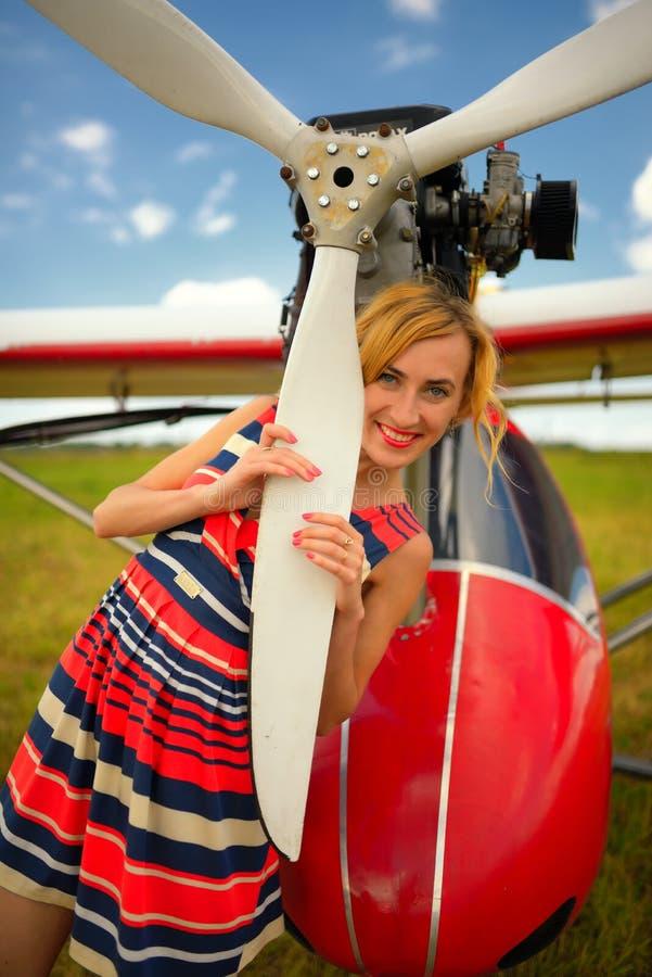 Download Façonnez La Femme Beautyful Dans L'avion Ultra-léger Voisin De Robe Photo stock - Image du beau, assez: 45356882
