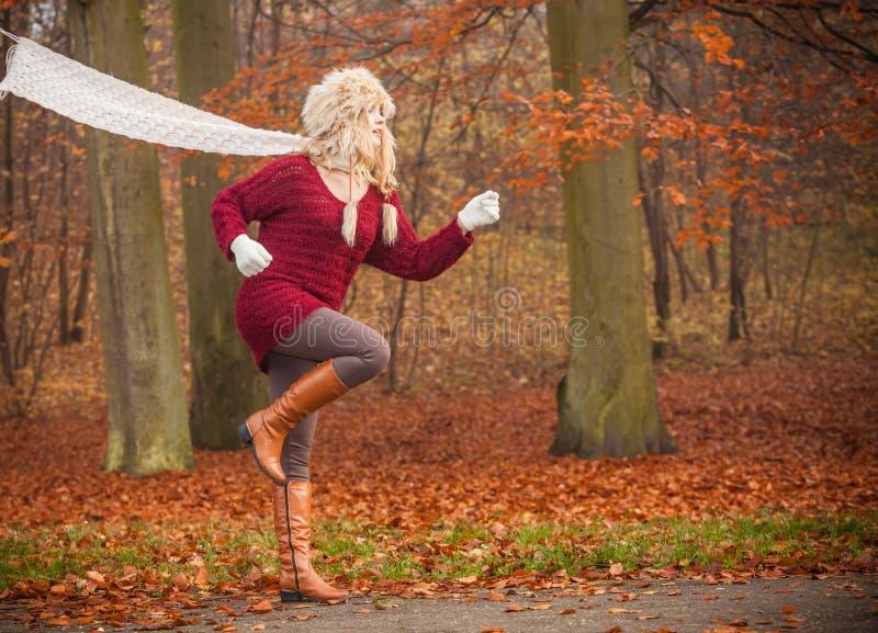 Façonnez la femme courant dans la forêt de parc d'automne de chute image stock