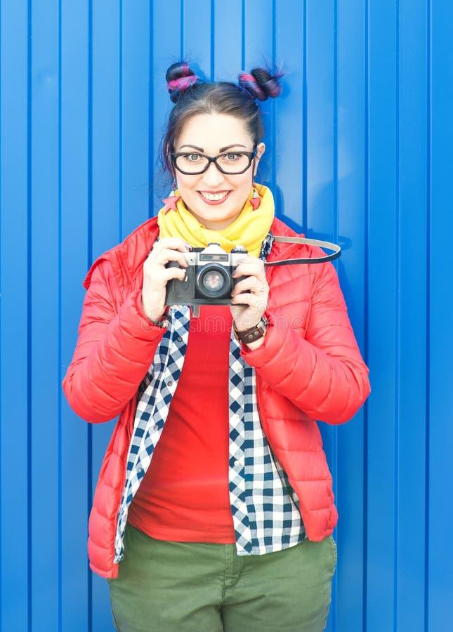 Façonnez la femme de hippie avec les cheveux colorés avec le rétro appareil-photo photos stock