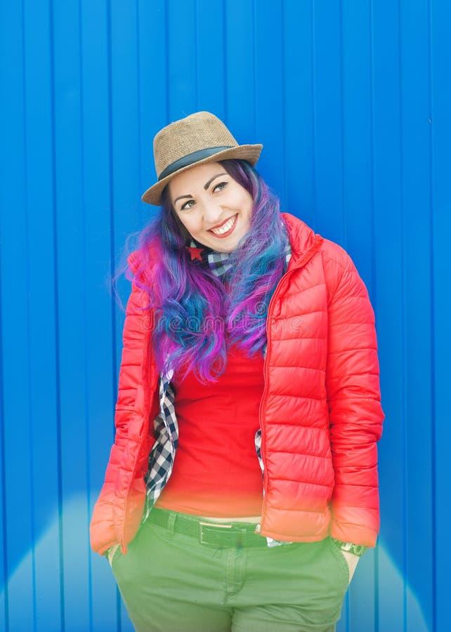 Façonnez la femme de hippie avec les cheveux colorés ayant l'amusement photographie stock libre de droits