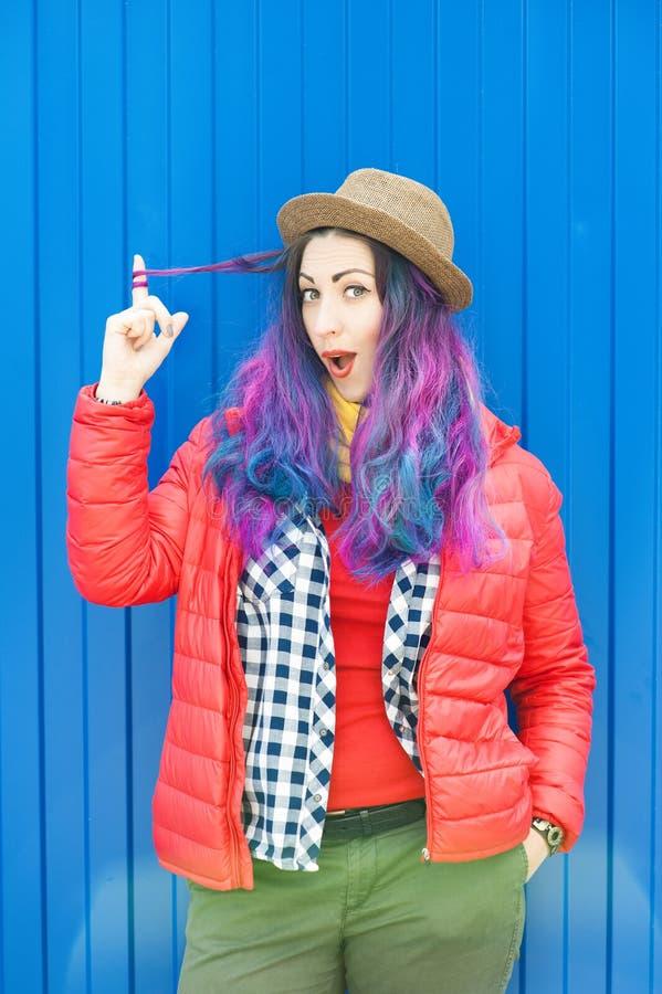 Façonnez la femme de hippie avec les cheveux colorés ayant l'amusement photographie stock