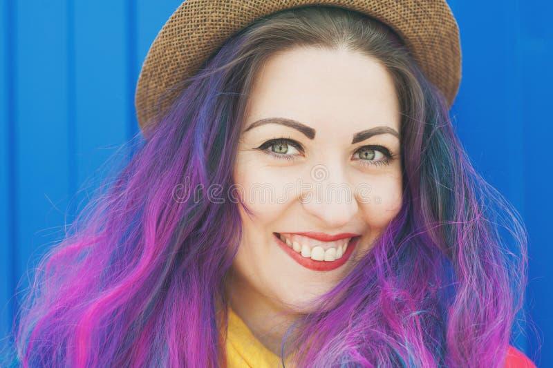 Façonnez la femme de hippie avec les cheveux colorés ayant l'amusement photos stock
