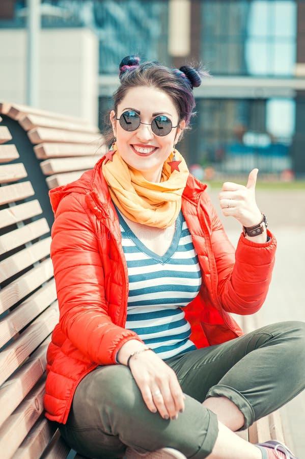 Façonnez la femme de hippie avec les cheveux colorés montrant des pouces  images stock