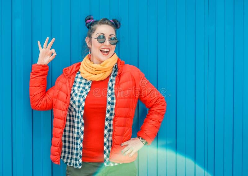 Façonnez la femme de hippie avec les cheveux colorés montrant l'okey photos stock