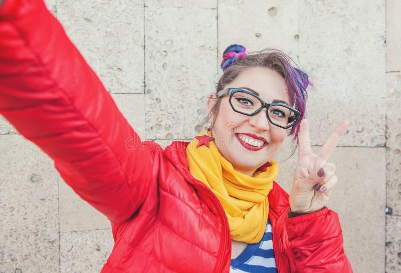 Façonnez la femme de hippie avec les cheveux colorés prenant le selfie photo libre de droits