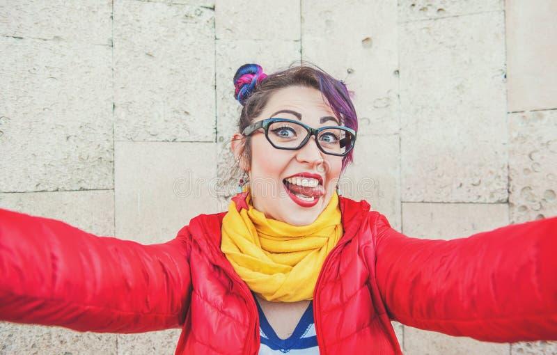 Façonnez la femme de hippie avec les cheveux colorés prenant le selfie images stock