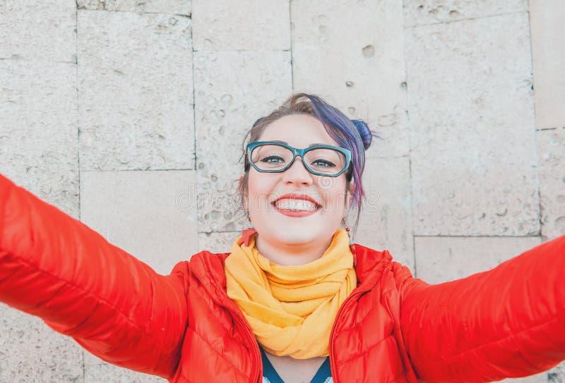 Façonnez la femme de hippie avec les cheveux colorés prenant le selfie images libres de droits
